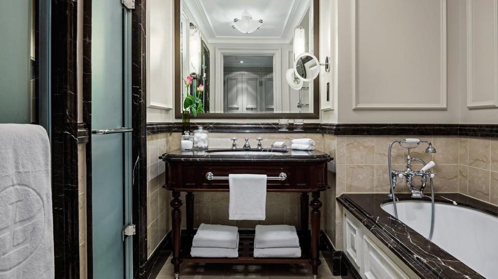 tllon-rooms-grand-exec-club-room-bathroom-1680-945